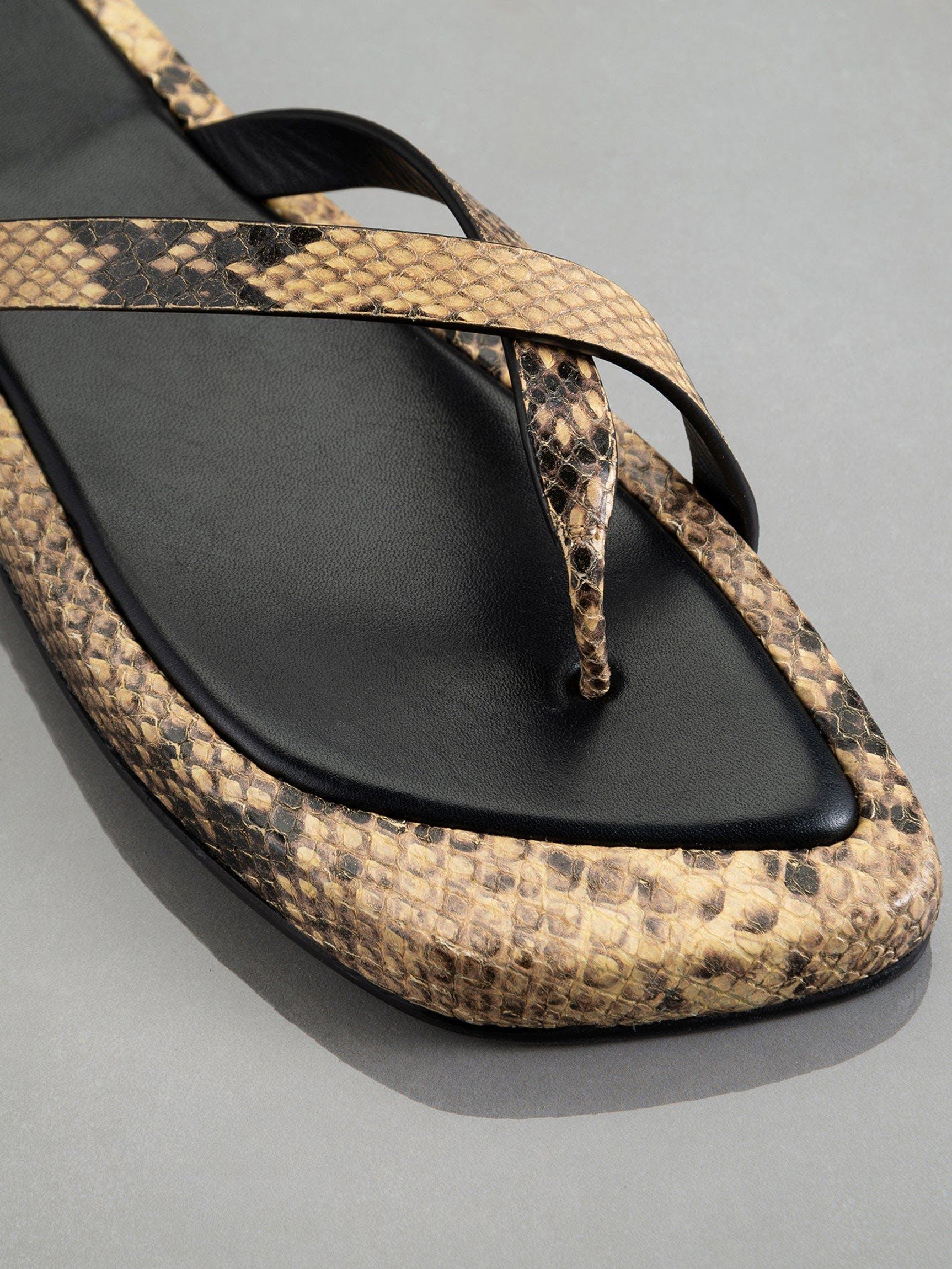 shoe detail view alt:hover