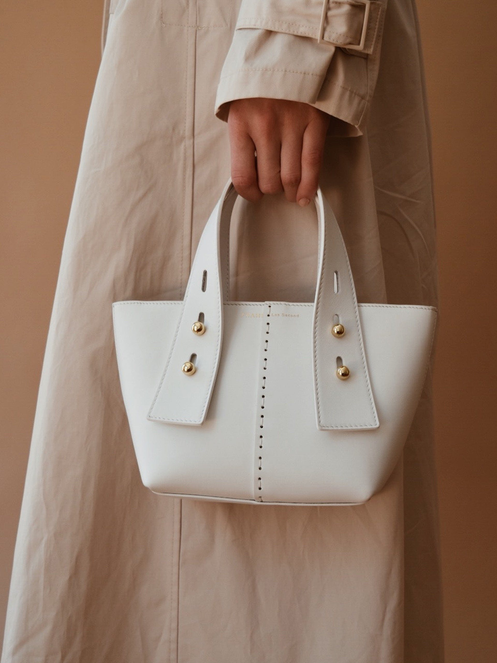 Handbag on model alt:hover